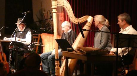 Die Mehlprimeln, zusammen mit Konstanze Kraus und Thomas Schechinger, verzauberten die Zuhörer mit einem heiteren besinnlich-satirischen Abend.