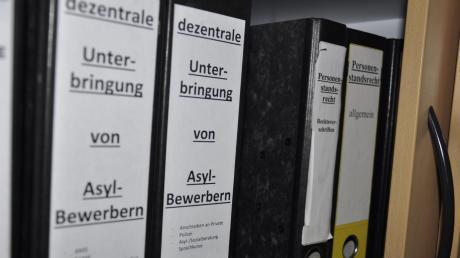 Die Ordner mit den Akten über die Unterbringungen von Asylbewerbern im Landkreis Donau-Ries sind noch kein Fall fürs Archiv. Künftig wird es wieder mehr Zugänge geben.