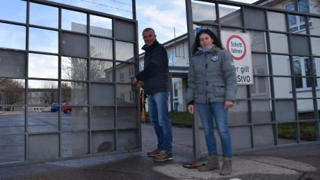 Einrichtungsleiter Frank Kurtenbach und Betriebsleiterin Alexandra Reinhardt sperrten am Freitag das Ankerzentrum zu. Hier findet bis Ende des Monats nur noch das Ausräumen der Möbel statt.
