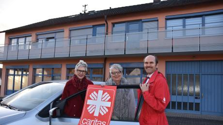 In diesem Gebäude an der Ecke Harburger Straße/Zechstraße will die Caritas-Sozialstation Wemding eine Tagespflegestation einrichten. Das Bild zeigt: (von links) Geschäftsführerin Monika Million, Vorsitzende Gerda Trollmann und Pflegedienstleiter Erich Grimmeis.