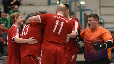 Jubel: Die SpVgg Riedlingen wurde Erster der Gruppe A und qualifizierte sich damit für die Teilnahme am Endturnier der Hallenmasters in Nördlingen.