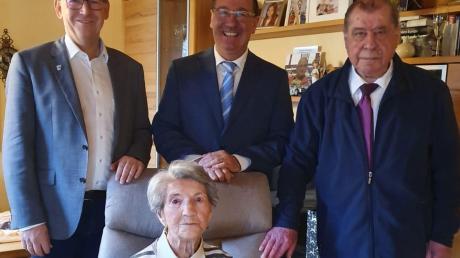 Rosa Öhl wurde zu ihrem 100. Geburtstag von Pfarrer Paul Großmann (rechts), Landrat Stefan Rößle (links) und Bürgermeister Roland Dietz besucht.