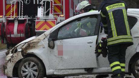 Rettungskräfte kümmerten sich um eine verunglückte Frau nahe Warching.