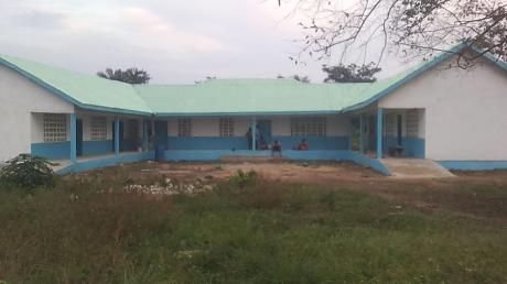 Das ist die Vorderansicht der Schule in Liberia, die mit dem Geld aus der anonymen Spende gebaut wurde.