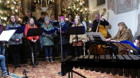 Die Mitglieder des Staudheimer Jugendchors hatten mit ihrem weihnachtlichen Benefizkonzert in der Kirche Sankt Quirin viel Erfolg.