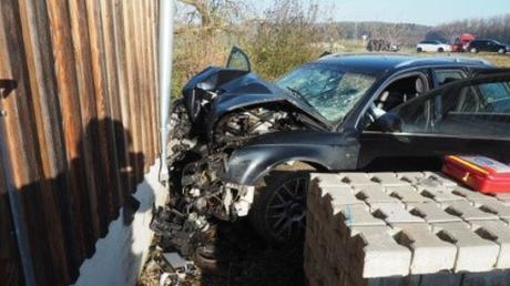 Ein 18-Jähriger ist bei einem Verkehrsunfall bei Marxheim schwer am Kopf verletzt worden.