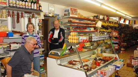 Ein Bild aus vergangenen Tagen: Maria und Sieghard Jantschik (hinten) in ihrem Laden ins Gansheim.