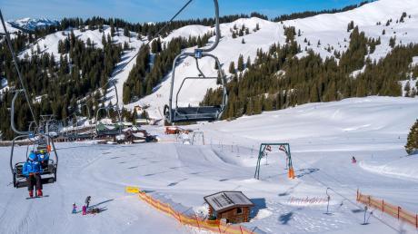 Jahrelang stand die Skischaukel am Riedberger Horn im Allgäu im Fokus von Umweltschützern und insbesondere des Deutschen Alpenvereins. Dieser setzte sich dafür ein, dass es keine weitere Erschließung des geschützten Allgäuer Bergs mit Skiliftanlagen gibt.