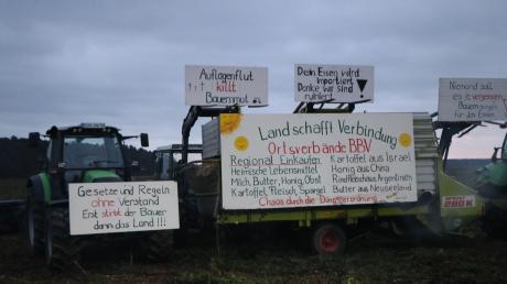Landwirte aus dem Landkreis versammelten sich in Kronhof, um zu protestieren. Sie zündeten auch ein Mahnfeuer an. Die Bauern beklagen unter anderem die Auflagen durch die Gülleverordnung.