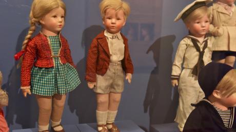 Die Puppe Friedebald (Mitte) mit Annemarie in der Kleidung von 1938/39.