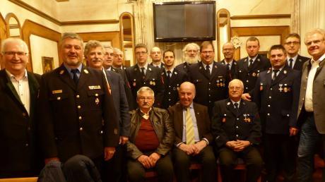 Geehrte, Beförderte und Ehrengäste bei der Hauptversammlung der Freiwilligen Feuerwehr Rain.