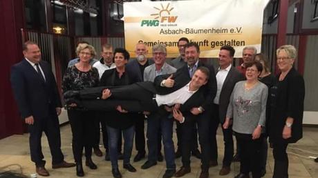 Einstimmig ist Florian Mittler (vorne) von der PWG Asbach-Bäumenheim zum Bürgermeisterkandidaten nominiert worden.
