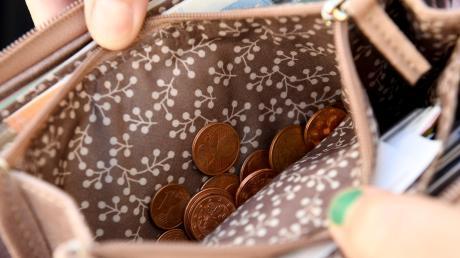 Im Gersthofer Hery-Park hat ein Trickdieb einem Mann 250 Euro aus der Geldbörse gestohlen.