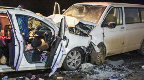 Eine Frau und ihre drei Kinder, die in diesem Auto (links) auf der B2 unterwegs waren, sind tot. Der Familienvater erlitt lebensgefährliche Verletzungen. Gegen den Verursacher, der den Kleinbus (rechts) steuerte, wird ermittelt.