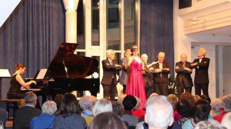 Das Neujahrskonzert in Mertingen bot einen musikalisch anspruchsvollen Abend mit Klassik, Operette und klassischen Chansons. Auch Bürgermeister Albert Lohner (rechts neben Pianistin Susanna Klovsky) fand sich plötzlich auf der Bühne wieder.