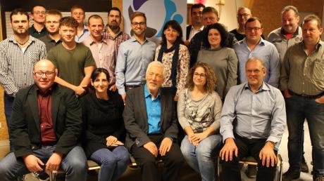 Das sind die Kandidaten für den Stadtrat der Monheimer Umlandliste. In der Mitte (blaues Hemd) Lorenz Akermann, Bürgermeisterkandidat.