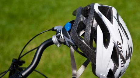 Ein 55-Jähriger hatte einen schlimmen Fahrradunfall. Einen Helm trug er nicht.