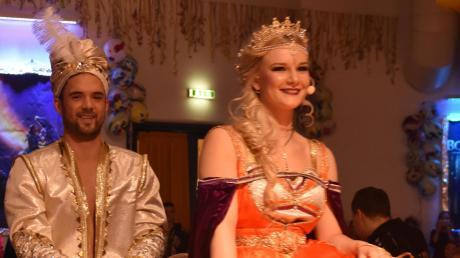 """Zum Motto """"Aladdin"""" schwebte das große Prinzenpaar um Prinzessin Tanja I. und Prinz Thomas II. auf einem fliegenden Teppich der Bühne entgegen."""