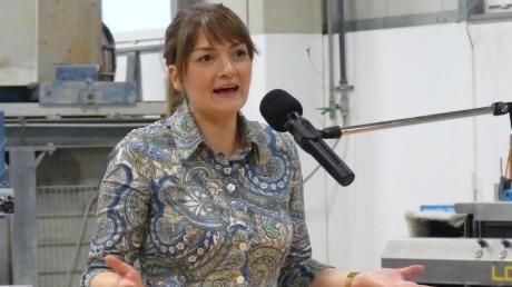 Digitalministerin Judith Gerlach (CSU) war bei einem Werkstattgespräch im Steinmetzbetrieb Faig in Rain zu Gast.