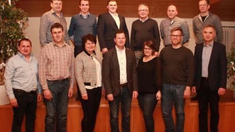 Das sind die Kandidaten der CSU Wolferstadt zusammen mit (vorne in der Mitte) Bürgermeisterkandidat Philipp Schlapak.