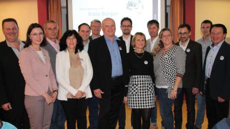 Der Bürgermeisterkandidat der Freien Bürger, Leonhard Schwab (7. von links), inmitten der Kandidaten für den Gemeinderat.