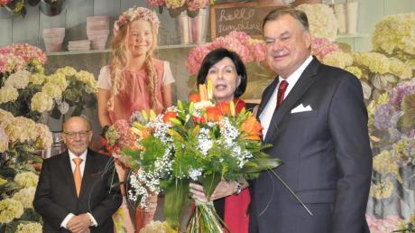 Dehner-Prokurist Wolfgang Graeser, hier neben seiner Frau Marlene, geht in den Ruhestand. Im Hintergrund ist Seniorchef Albert Weber zu sehen.
