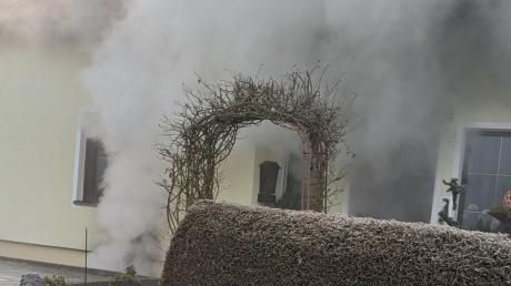Dichter Rauch quoll in Tagmersheim aus dem Wohnhaus, in dem das Feuer ausgebrochen war.