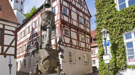 Derfiligrane Brunnen aus Bronze soll im Sommer wieder auf dem Marktplatz in Harburg stehen.