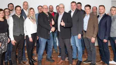 Die Stadtratsbewerber der Wählervereinigung Rainer Stadtteile, vorne Spitzenkandidat Josef Gawlik und der von der Wählergruppe unterstützte Bürgermeisterkandidat Karl Rehm.