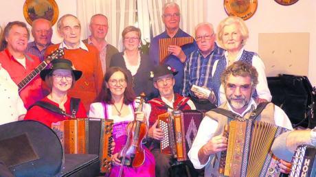 Wirtin Waltraud Roßmann (Zweite von links) freute sich sehr, dass sie beim jüngsten Musikantentreffen in ihrem Gasthaus Zur Sonne in Staudheim 13 Musikanten begrüßen konnte.