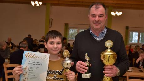 Felix und Wolfgang Häckl freuen sich über die Preise, die sie heuer mit ihren Brieftauben bei den Regionalverbandsmeisterschaften gewonnen haben.