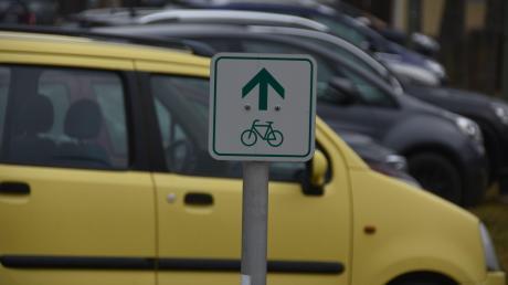 Der Donauradweg führt nahe des Ärztehaus Maximilium über einen Parkplatz. Nicht optimal, allein was die Sicherheit der Radler angeht. Eine ganze Reihe neuralgischer Punkte waren bei der Begutachtung durch die Arbeitsgemeinschaft fahrradfreundlicher Kommunen in Bayern angesprochen worden.