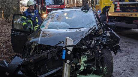 Ein 19-Jähriger ist mit diesem Auto an der Staatsstraße zwischen Monheim und Wemding nahe Heidmersbrunn gegen einen Baum gekracht.