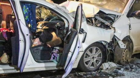 In diesem Auto kamen bei dem Frontalzusammenstoß mit einem VW-Bus eine Frau und ihre drei Kinder ums Leben.