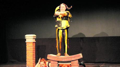Hyronimus (Sepp Egerer) versucht den Sumpfhai (Kerstin Egerer) mit der Angel zu fangen – einer der Höhepunkte der Auftritt in Blossenau.