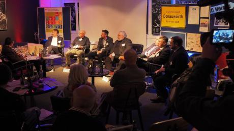 Eine Podiumsdiskussion zum Thema Nachhaltigkeit fand im Rahmen der Fairen Woche statt. Als Vertreter der Fraktionen und Gruppen des Stadtrates diskutierten im Doubles Starclub Albert Riedelsheimer (Grüne), Jonathan Schädle (CSU), Josef Reichensberger (AL/JB), Michael Bosse (PWG/FW), Gustav Dinger (ÖDP), Manfred Hofer (EBD) und Heinrich Kopriwa (SPD).