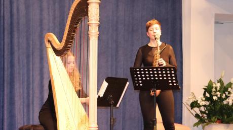 Faszinierend auf ihren Instrumenten: Harfenistin Lea Maria Löffler und Saxofonistin Christine Bernard beim Konzert in Mertingen.