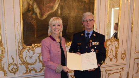 Aus den Händen von Staatssekretärin Carolina Trautner hat Georg Riehl am Donnerstagvormittag in Augsburg das Bundesverdienstkreuz am Bande samt Urkunde erhalten.
