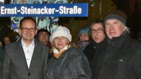 An der Ernst-Steinacker-Straße: (vorne, von links)Martin Drexler, Annette Steinacker-Holst, Veit Steinacker und Leonhard Steinacker.