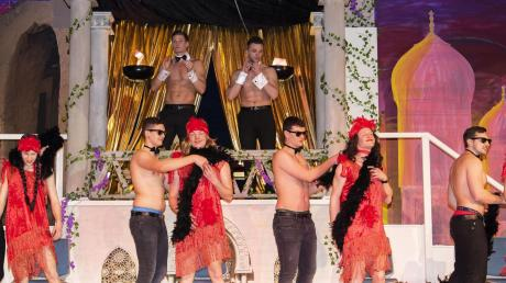 Leicht bekleidete Männer für das weibliche Publikum: Die Jungelfer in Monheim bei ihrem Auftritt. Im Hintergrund: die Moderatoren.