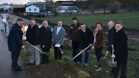 Den offiziellen ersten Spatenstich für das Agrar-Forst-Zentrum nahmen Vertreter der beteiligten Institutionen, Banken und Firmen in Ebermergen vor.