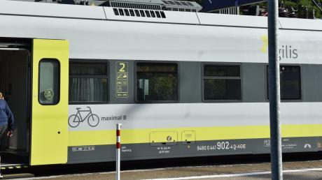 An den Haltepunkten der Donautalbahn zwischen Donauwörth und Dillingen bringen sich offenbar Schüler regelmäßig in Gefahr.