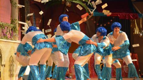 """""""Money, Money, Money"""" – Die Jungelfer der Gailachia nahmen sich unter anderem die Songs von ABBA vor. Dabei flogen auch mehrere Geldscheine in die Luft."""