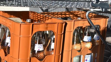 Mineralwasserkisten sind nach der Anordnung, das Wasser abzukochen, gestern in Donauwörth reichlich über die Ladentische der Getränkehändler gegangen.