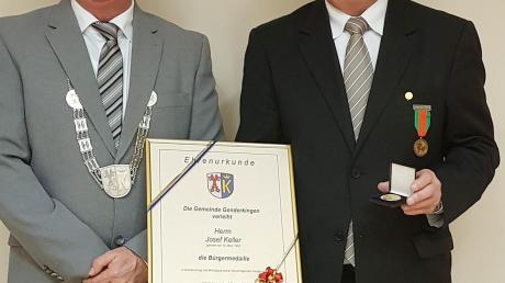 Genderkingens Bürgermeister Roland Dietz (links) hat Josef Keller für dessen Verdienste mit der Bürgermedaille ausgezeichnet.