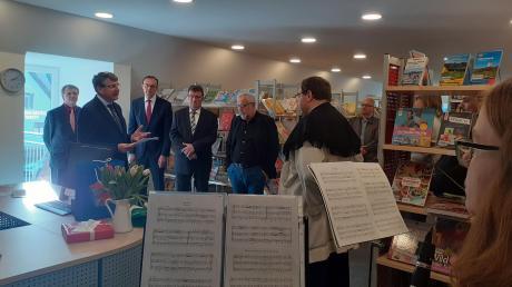Mit einem Festakt feierte die Gemeindebücherei St. Dionysius in Fünfstetten ihren Einzug im Dachgeschoss des Dorfladens.