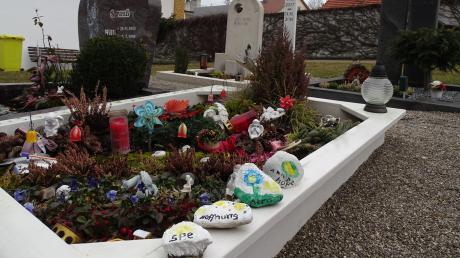 An Julians Grab liegen vier Steine, die seine Geschwister bunt bemalt haben. Jeder steht für einen Spender. Und es sollen noch viele folgen.