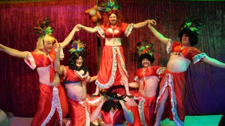 """Das Männerballett """"Usselhopper"""" hier kostümiert frei nach dem Motto """"Karneval in Rio"""". Unter den närrischen Tänzern befindet sich auch Marxheims Bürgermeister Alois Schiegg (Zweiter von links)."""