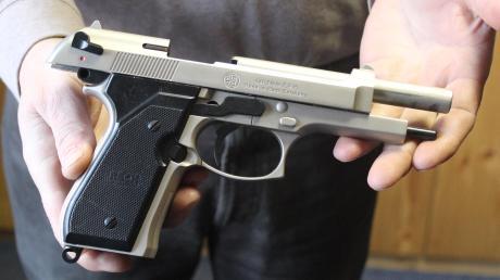 Ein Mann verlor in einem Wemdinger Supermarkt eine Schreckschusspistole. Die Polizei stellte die Waffe sicher.