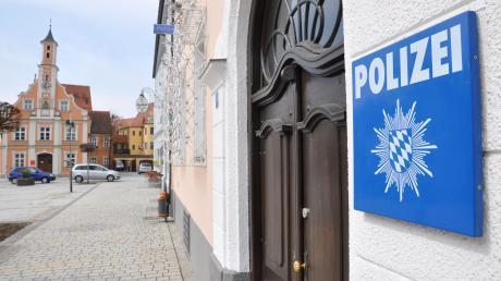 Ein junger Mann hat sich beim Weiberfasching Zutritt in die Polizeiinspektion verschafft und in diese dann uriniert.